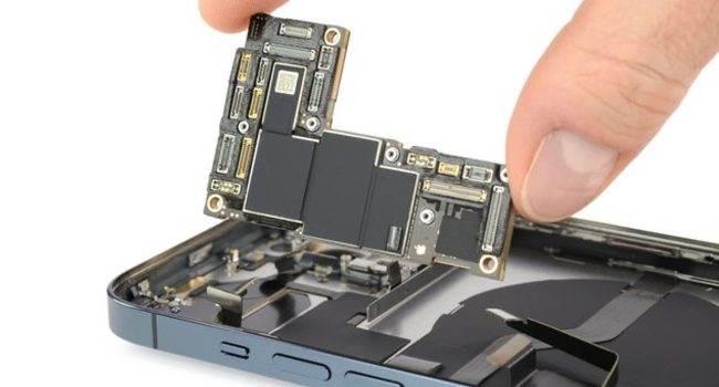 iFixit pokazało, czym iPhone 12 Pro Max różni się od innych smartfonów z tej serii polecane, ciekawostki różnice, jak rozkrecic iPhone 12 Pro, iPhone 12 Pro Max rozlozony, iPhone 12 Pro Max, ifixit, Apple  iFixit rozebrało najnowszego iPhone'a 12 Pro Max i znalazło kilka różnic konstrukcyjnych w stosunku do zwykłego iPhone'a 12 Pro. Oto one. iFixit 650x350