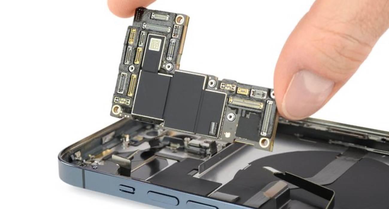 iFixit pokazało, czym iPhone 12 Pro Max różni się od innych smartfonów z tej serii polecane, ciekawostki różnice, jak rozkrecic iPhone 12 Pro, iPhone 12 Pro Max rozlozony, iPhone 12 Pro Max, ifixit, Apple  iFixit rozebrało najnowszego iPhone'a 12 Pro Max i znalazło kilka różnic konstrukcyjnych w stosunku do zwykłego iPhone'a 12 Pro. Oto one. iFixit