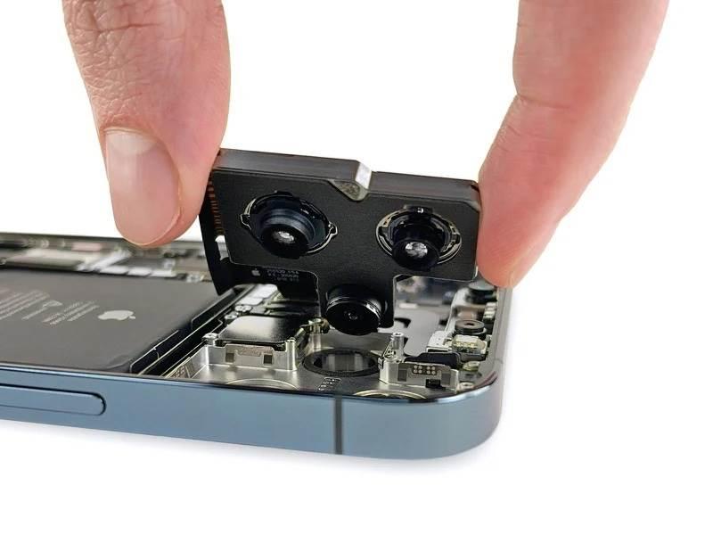 iFixit pokazało, czym iPhone 12 Pro Max różni się od innych smartfonów z tej serii polecane, ciekawostki różnice, jak rozkrecic iPhone 12 Pro, iPhone 12 Pro Max rozlozony, iPhone 12 Pro Max, ifixit, Apple  iFixit rozebrało najnowszego iPhone'a 12 Pro Max i znalazło kilka różnic konstrukcyjnych w stosunku do zwykłego iPhone'a 12 Pro. Oto one. iP12 3
