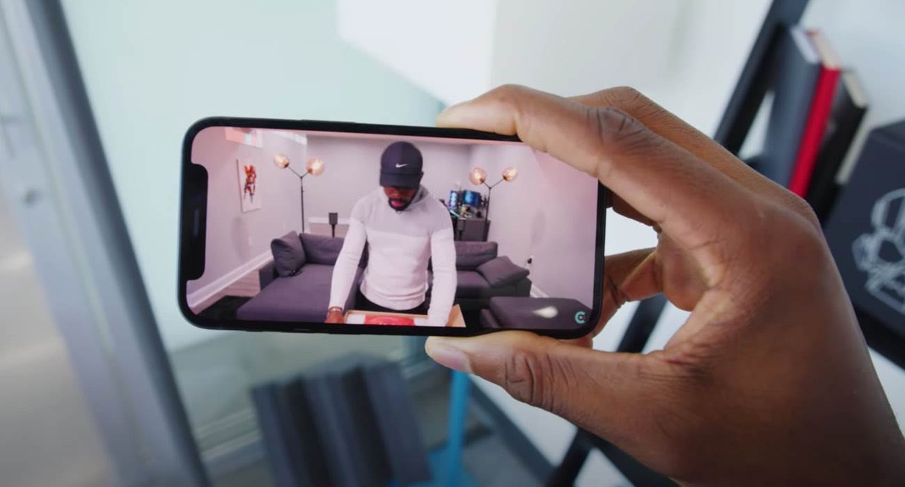 iPhone 13 mini działa dłużej na baterii od iPhone 12 Pro Max podczas odtwarzania wideo przesyłanego strumieniowo ciekawostki iPhone 13 mini, czas pracy baterii iphone 13 mini, bateria w iphone 13 mini, bateria  Firma Apple zwiększyła pojemność baterii wszystkich nowych smartfonów z serii iPhone 13, jednocześnie twierdząc, że wszystkie mają dłuższą żywotność baterii niż ich poprzednicy. iPhone12mini 1