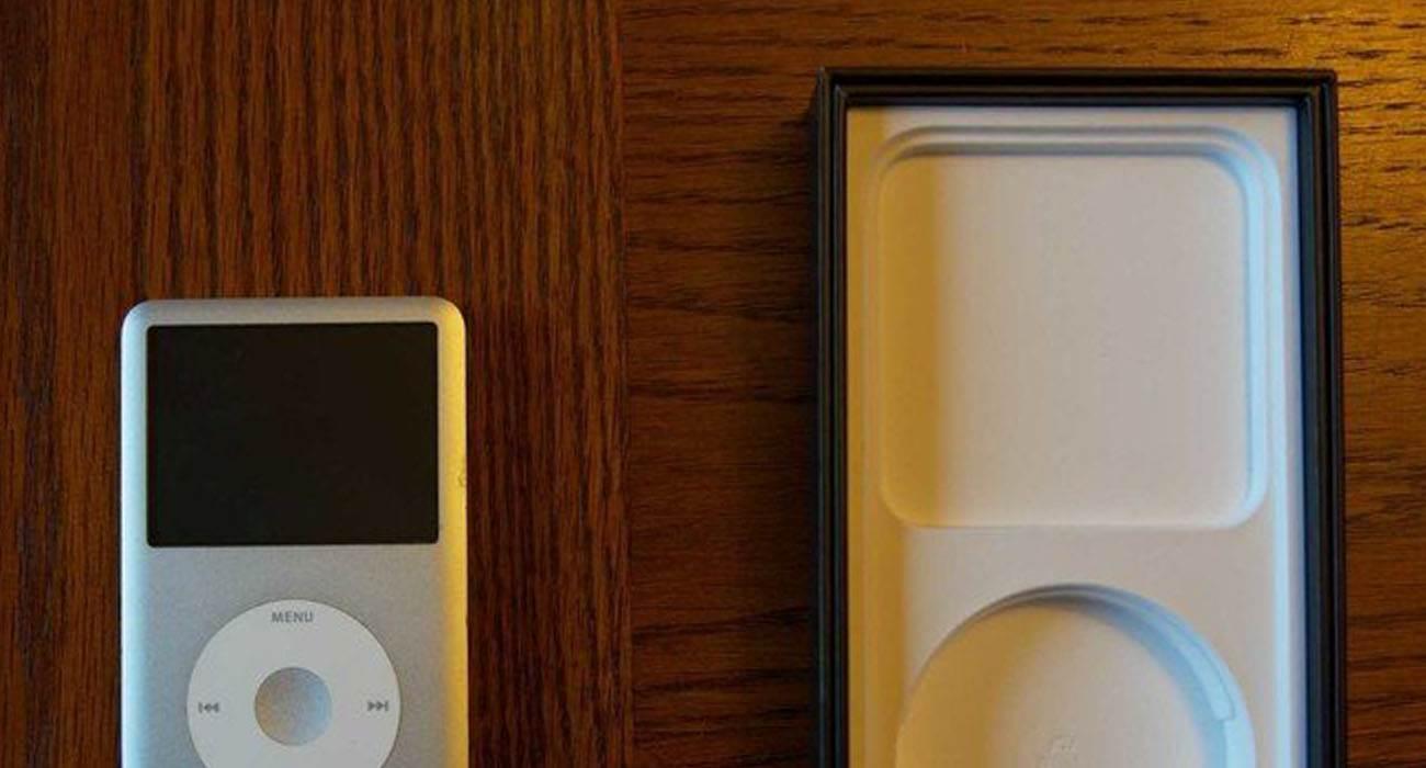 W pudełku iPhone 12 znajduje się ?ukryty? iPod polecane, ciekawostki pudełko, iPod, iPhone 12, iPhone  Wróćmy jeszcze na chwilę do rozmowy o pudełku iPhone'a 12, ale nie o jego zawartości, a o jego unikalnym kształcie. Już wiecie co mamy na myśli? iPod 1i