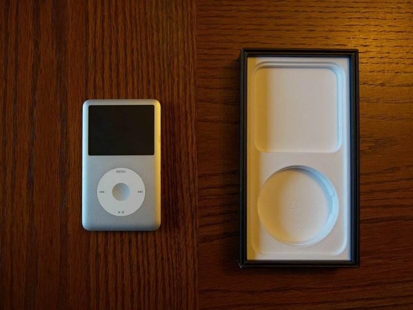 W pudełku iPhone 12 znajduje się ?ukryty? iPod polecane, ciekawostki pudełko, iPod, iPhone 12, iPhone  Wróćmy jeszcze na chwilę do rozmowy o pudełku iPhone'a 12, ale nie o jego zawartości, a o jego unikalnym kształcie. Już wiecie co mamy na myśli? iPod 2