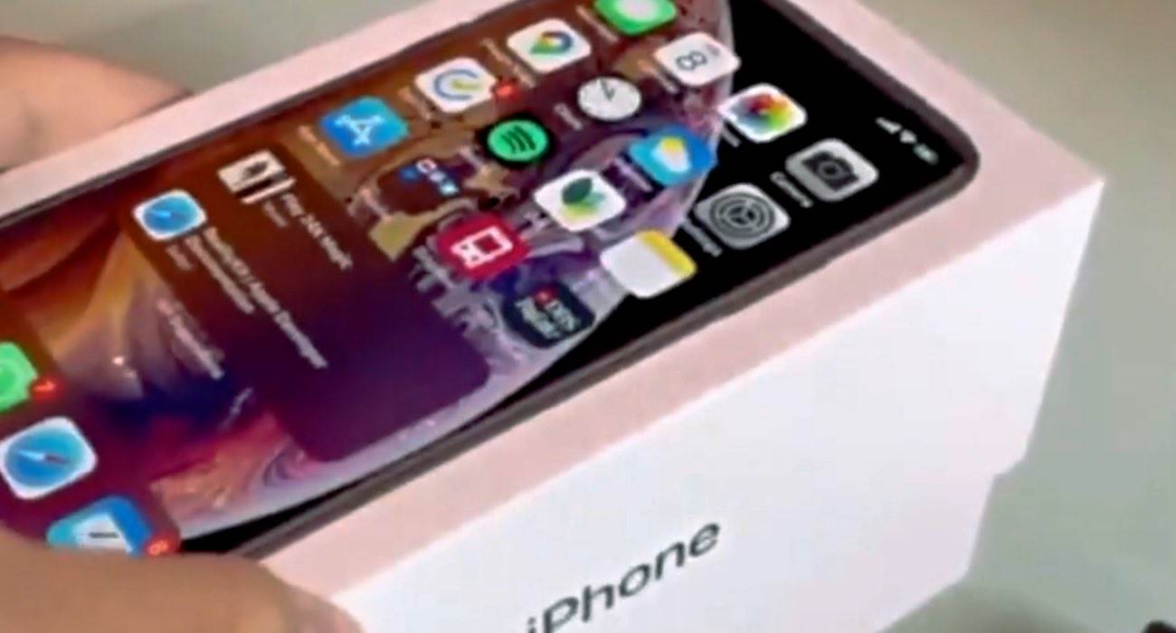 Pudełko iPhone'a z ruchomymi elementami w rzeczywistości rozszerzonej polecane, ciekawostki Wideo, iPhone, ARKit, AR  Użytkownik Twittera @riccqi opublikował krótki film, w którym pokazał opakowanie iPhone'a stworzone w rozszerzonej rzeczywistości. iPhone AR