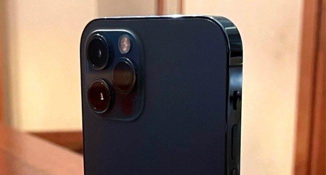 Prototypowy iPhone 12 Pro z systemem SwitchBoard na zdjęciach polecane, ciekawostki prototyp, iPhone 12 Pro, Apple  Deweloper Giulio Zompetti opublikował zdjęcia prototypowego iPhone'a 12 Pro z preinstalowanym systemem operacyjnym SwitchBoard. iPhone12pro 1 650x350