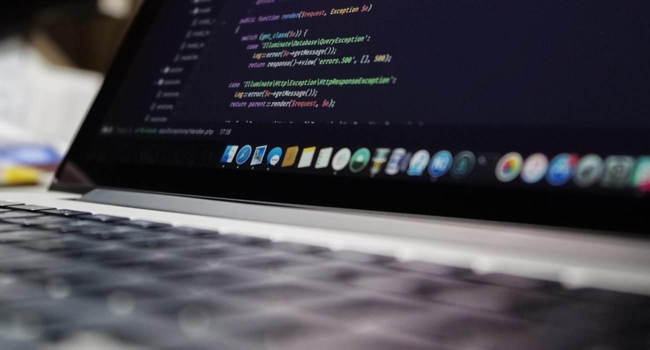 Badacz bezpieczeństwa włamał się do wewnętrznych systemów Apple, Netflix, PayPal, Tesla i  Microsoft polecane, ciekawostki włamał się do Apple, włam, Tesla, Netflix, Microsoft, haker, Apple  Badaczowi bezpieczeństwa Alexowi Birsanowi udało się włamać do wewnętrznych systemów ponad 35 dużych firm, w tym Apple, Microsoft i PayPal, za pomocą ataku oprogramowania.  MacBook 1