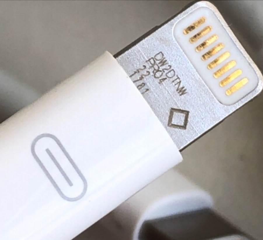 Pierwszy i nigdy nie wydany prototypowy kabel Lightning na zdjęciach polecane, ciekawostki prototypowy kabel Lightning, prototyp kabla Lightning, kabel Lightning  Użytkownik AppleDemoYT zamieścił na Twitterze zdjęcie, a raczej zdjęcia nigdy wcześniej nie widzianych prototypów kabli Lightning. Oto one. prototypowy kabel lightning 2