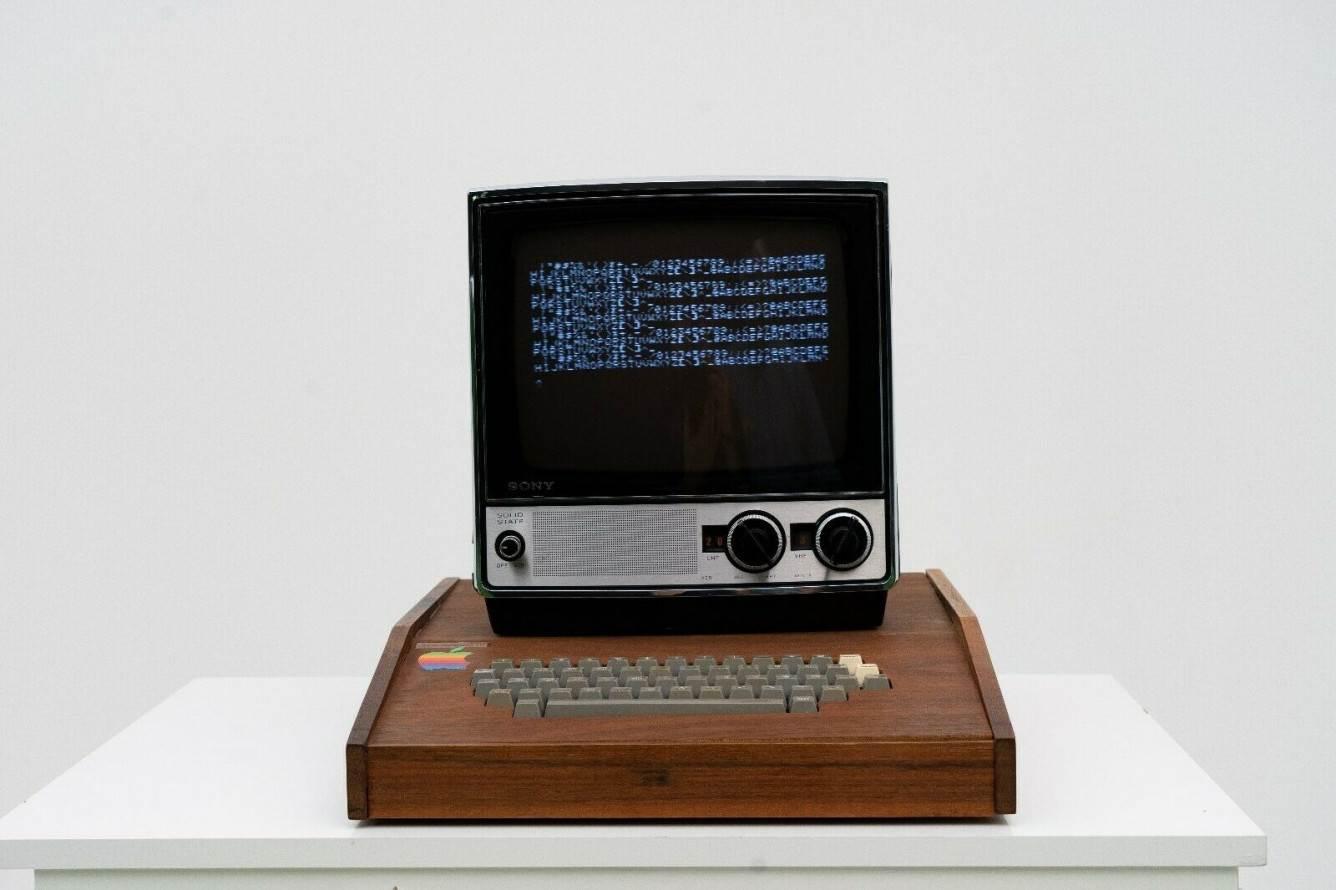 Komputer Apple I wystawiony na eBay za 1,5 miliona dolarów polecane, ciekawostki komputer Apple I, ebay, Apple I  Jeden z sześciu komputerów Apple I, zmontowanych przez Jobsa i Woźniaka, jest wystawiony na eBay za 1,5 miliona dolarów. s l1600