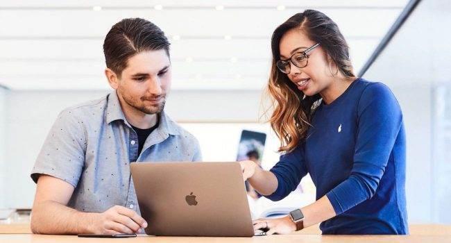 Zobacz jak Apple nagradza najmilszych klientów Apple Store. Były pracownik zdradza szczegóły tajnego programu firmy polecane, ciekawostki tajny program Apple, Apple Store, Apple  Użytkowniczka TikToka o nicku Tanicornerstone oraz była pracownica Apple Store opublikowała wideo, w którym opowiedziała o tajnym programie firmy Apple. AppleStore 650x350