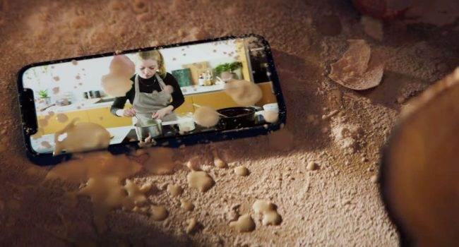 """""""Cook"""" - zobacz najnowszą reklamę iPhone'a 12 polecane, ciekawostki Wideo, reklama, iPhone 12, Apple  Firma Apple opublikowała nowy spot wideo, którego głównym bohaterem jest iPhone 12 i jego dużą odporność - nawet w kuchni. iPhone12 reklama 650x350"""