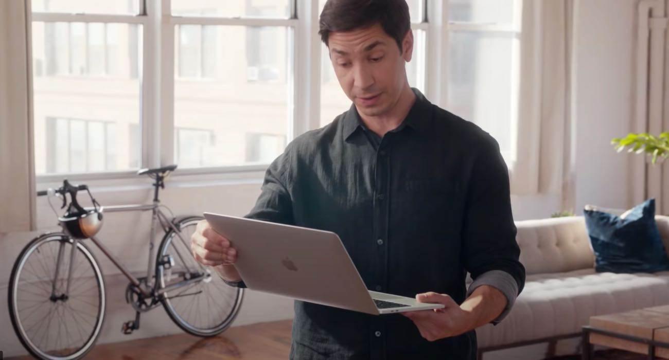 Intel zatrudnił byłą gwiazdę reklam ?I?m a Mac? i nabija się z MacBooków z czipem M1 polecane, ciekawostki Wideo, reklama, intel, Im a mac, Apple  Czy pamiętasz te fantastyczne i kultowe reklamy ?Mac vs PC?? Jeśli tak to dzisiaj Twoje serce prawdopodobnie? pęknie ?czytając ten artykuł. imaamac 1