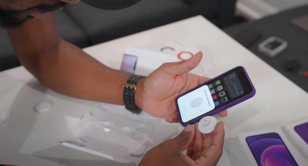 Znalazłeś AirTag? Uważaj! Twój smartfon może zostać zhakowany ciekawostki luka w airtag, czy airtag jest bezpieczny, Apple AirTag, AirTag  W AirTag została odkryta podatność, która może przekierowywać losowych użytkowników urządzeń Apple do złośliwych witryn. Donosi o tym badacz Bobby Rausch.  AirTag 4