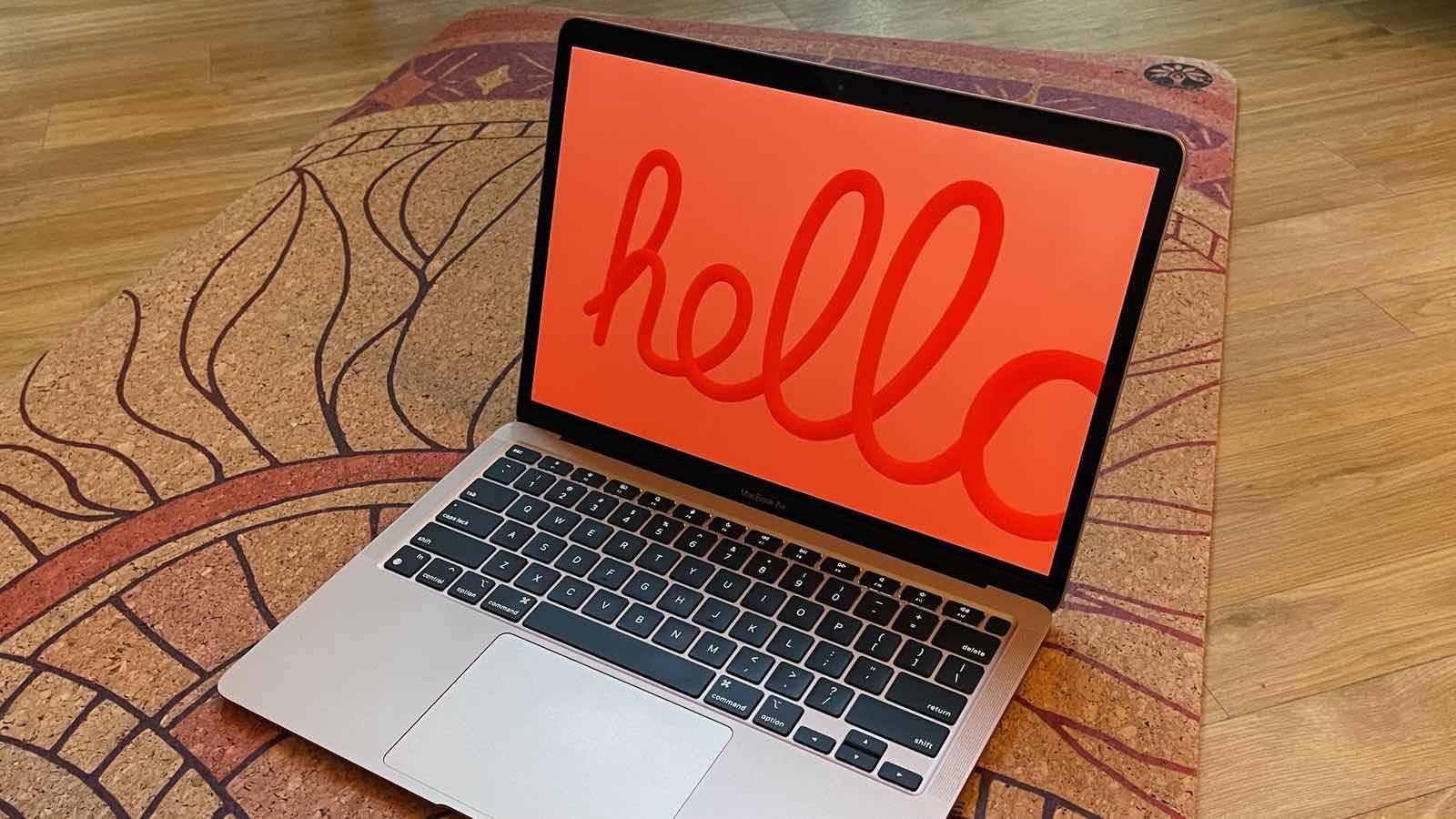 macOS Big Sur 11.3 ma nowy wygaszacz ekranu polecane, ciekawostki wygaszacz ekranu, nowy wygaszacz ekranu, macOS 11.3 Big Sur, macOS 11.3, Hello  W wydanej kilka dni temu wersji macOS Big Sur 11.3 RC portal 9to5Mac odkrył nowy ukryty wygaszacz ekranu. Jak Wam się podoba? hello 1