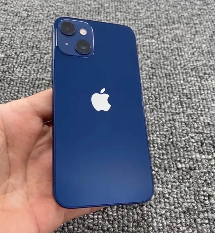 W sieci pojawiło się pierwsze zdjęcie iPhone 13 mini polecane, ciekawostki zdjęcie iPhone 13 mini, zdjęcie, iPhone 13 mini na zdjęciu, iPhone 13 mini, Apple  Pierwsze zdjęcie domniemanego iPhone 13 mini z nowym układem aparatów pojawiło się w chińskim serwisie społecznościowym Weibo. iPhone13 mini