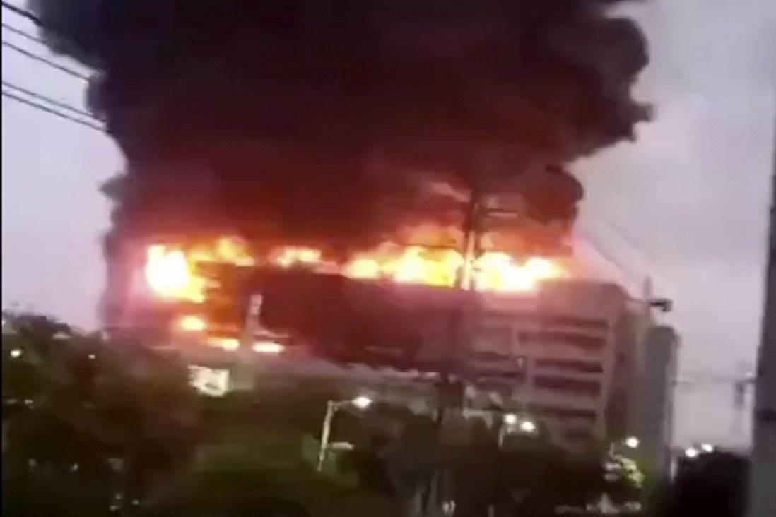 Ogromny pożar w fabryce dostawcy Apple polecane, ciekawostki Szanghaj, pożar w Casetek Group, pożar, dostawca Apple, chiny, Casetek Group, Apple  Pożar w fabryce Casetek Group, tajwańskiego producenta elektroniki i dostawcy dla giganta technologicznego Apple, niedaleko Szanghaju w Chinach, zabił osiem osób, w tym dwóch strażaków. pozar 1