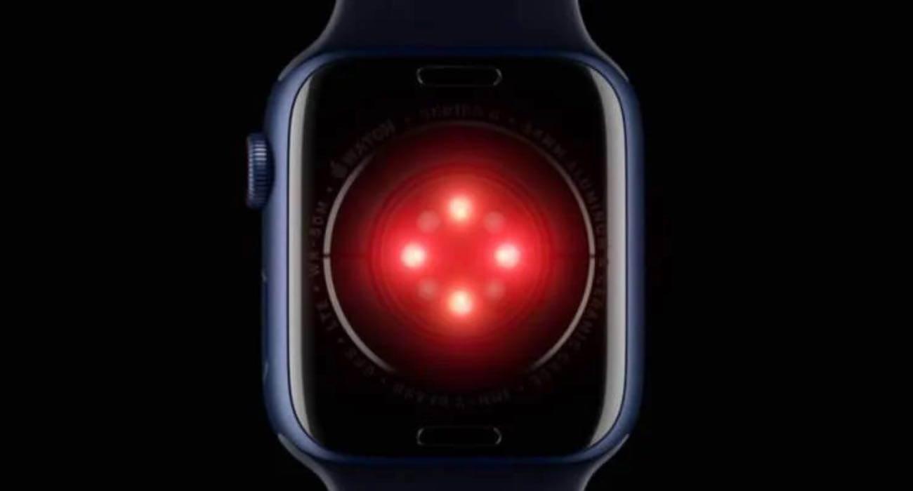 Apple Watch Series 7 nie otrzyma czujnika ciśnienia krwi ciekawostki apple watch series 7000 42mm, apple watch series 7000, apple watch series 7 rumors, apple watch series 7 release date, apple watch series 7 premiera, apple watch series 7 leaks, apple watch series 7 kiedy, apple watch series 7 bateria, Apple Watch Series 7  Dziennikarz Bloomberg, Mark Gurman, zaprzeczył ostatnim doniesieniom Nikkei, które mówiły o tym, że nadchodzący Apple Watch Series 7 otrzyma czujnik ciśnienia krwi. AW1