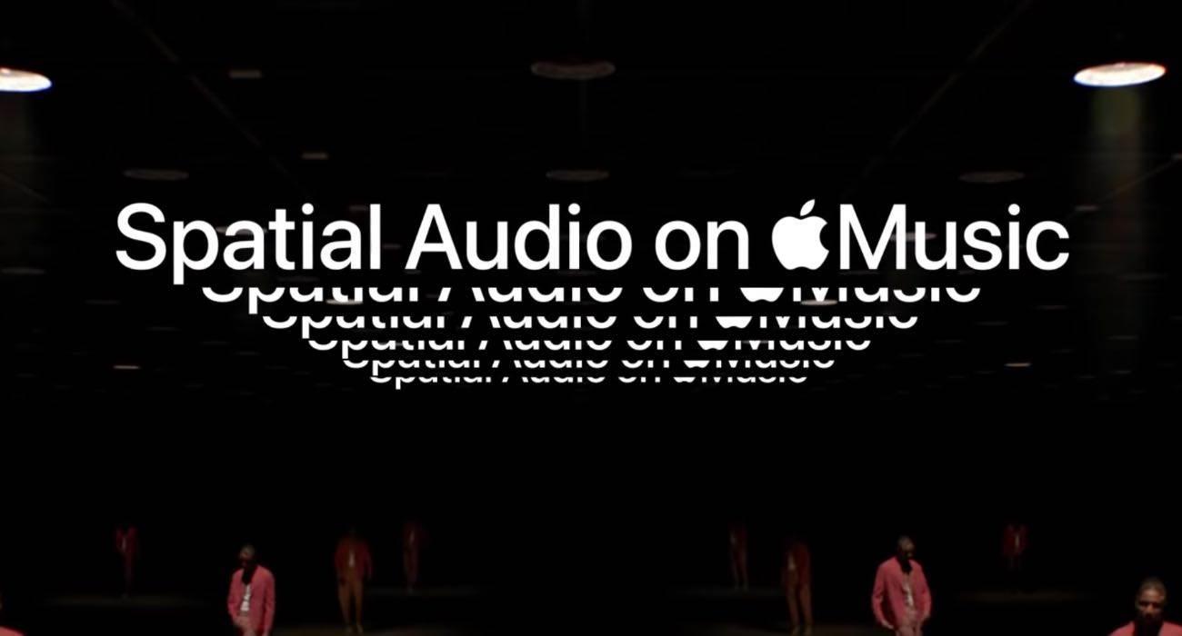 Apple wypuściło nową reklamę promującą dźwięk przestrzenny polecane, ciekawostki Wideo, reklama, dźwięk przestrzenny Apple  Firma Apple opublikowała niedawno nowy spot na kanale Apple Music YouTube promujący dźwięk przestrzenny AppleMusic