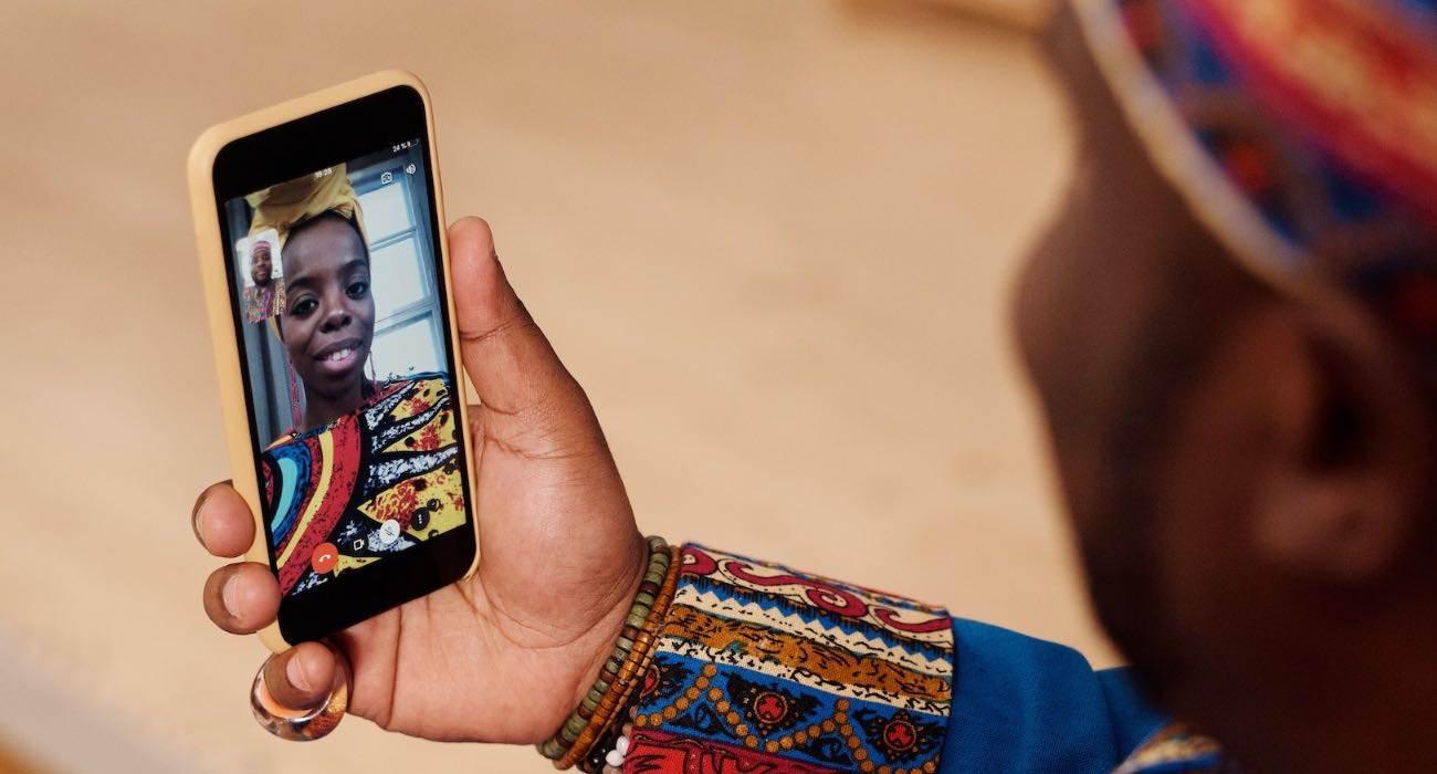 Wszystkie nowe funkcje FaceTime w systemie iOS 15 podcast, ciekawostki nowości w FaceTime, iOS 15, FaceTime, co nowego w FaceTime  Apple wprowadziło kilka poważnych ulepszeń do FaceTime w iOS 15. Nie powinno to dziwić, biorąc pod uwagę wzrost popularności usług połączeń wideo w ciągu ostatniego roku lub dwóch z powodu pandemii. Poniżej przedstawiamy wszystkie nowe funkcje, które pojawią się w FaceTime w iOS 15 na iPhone, iPad i Mac. iOS15 FaceTime 1