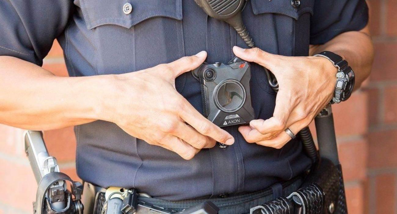 Apple prosi pracowników o noszenie kamer, aby uniknąć przecieków polecane, ciekawostki kamery na ciele, kamera na klatce piersiowej, Apple  Apple zmusza niektórych swoich pracowników do noszenia kamery na klatce piersiowej, podobnej do policyjnej kamery samochodowej Axon Body 2, aby uniknąć przecieków na temat przyszłych gadżetów. kamera 1 1