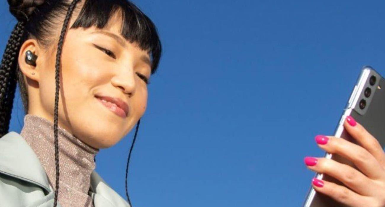 Apple reklamuje najnowsze słuchawki Beats Studio Buds z... Samsung Galaxy S21 ciekawostki galaxy S21, Beats Studio Buds, Android  Apple reklamuje nowe słuchawki Beats Studio Buds TWS sparowane ze smartfonem Samsung Galaxy 21. Firma chce więc podbić rynek słuchawek bezprzewodowych, sprzedając zestaw słuchawkowy Beats właścicielom smartfonów z Androidem. buds 1 1