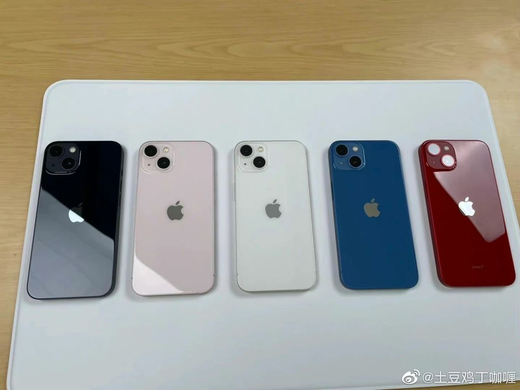 Tak w rzeczywistości wyglądają wszystkie warianty kolorystyczne iPhone'ów 13 i 13 Pro ciekawostki wszystkie kolory iphone 13 na zdjeciu, różowy iPhone 13 na zdjęciu, nowy niebieski iphone 12 pro, niebieski iphone 13 pro, kolory iphone 13 pro, kolory iphone 13, iPhone 13 Pro w kolorze błękit górski, iphone 13 na zdjeciu  W oczekiwaniu na rychły start sprzedaży nowych smartfonów Apple na chińskim portalu społecznościowym Weibo pojawiły się zdjęcia na żywo iPhone'a 13 i iPhone'a 13 we wszystkich kolorach. iPhone13 kolory 1