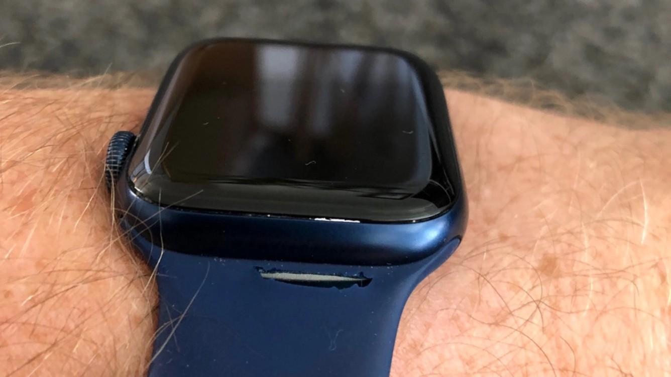 Właściciele Apple Watch narzekają na opaski Solo. Masz podobny problem? ciekawostki solo, pekajacy pasek, opaska solo, Apple Watch Series 6  Niemal rok po premierze Apple Watch Series 6 i opasek typu Solo właściciele tychże pasków, zaczęli narzekać na szybkie zużycie akcesorium. pekiety pasek solo 2