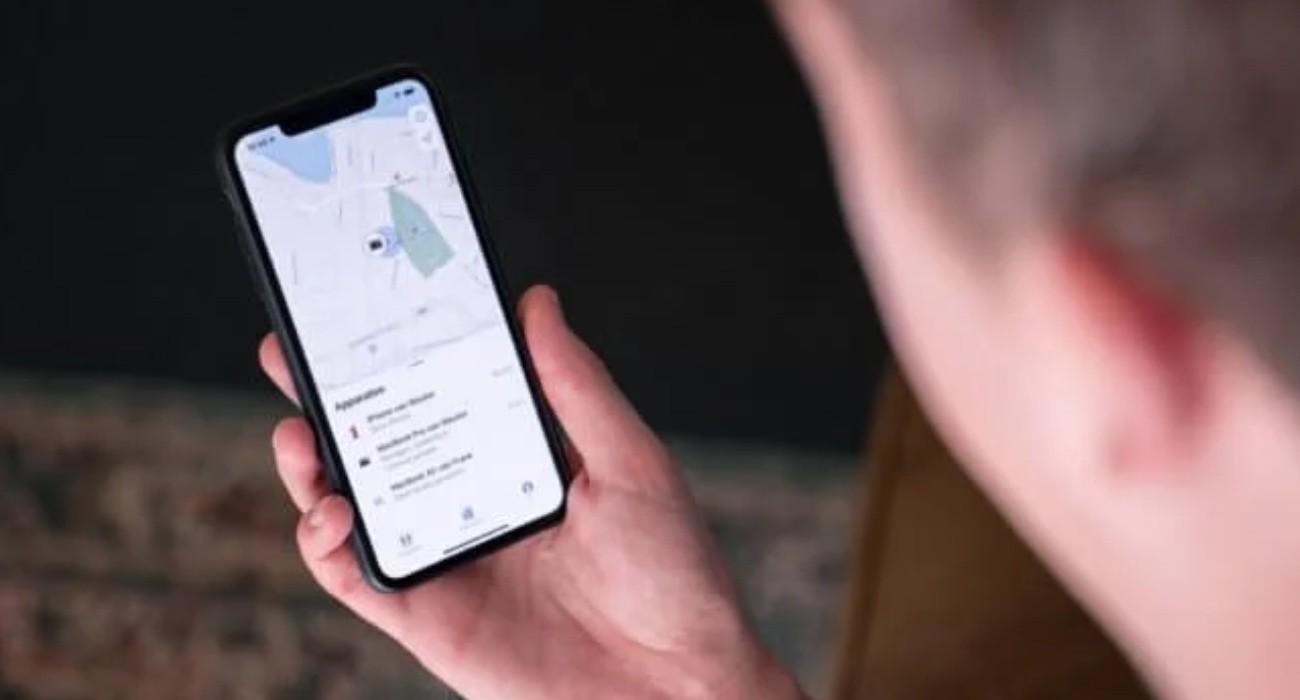 Pomóż znajomemu - bardzo przydatna funkcja w iOS o której mało kto wie poradniki, ciekawostki, box znajdz iphone znajomego, zgubilem iphone jak go zlokalizowac, pomóż znajomemu, lokalizacja zgubionego iphone, jak znalezc iphone, jak zlokalizować iPhone, jak zlokalizowac ipad, jak zablokować iPhone, jak ominac zabezpieczenie icloud, jak odszukac zgubiony iphone, funkcja znajdz  O aplikacji Znajdź i możliwości lokalizacji zgubionego iPhone'a, MacBooka, AirPods czy innych produktów wiedzą wszyscy. Ale niewiele osób wie, że aplikacja pozwala również na odnalezienie urządzenia znajomego. znajdz 1